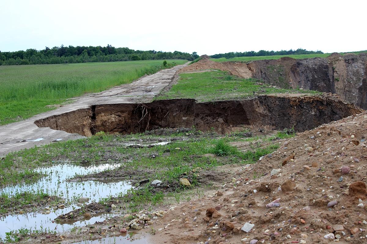 Część gminnej drogi zapadło się 10 metrów do nieczynnej kopalni