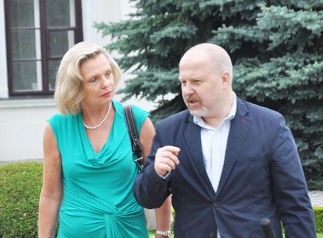 Anna Maria Anders w towarzystwie Macieja Szymczaka z Fundacji Niepodległości (fot. Jacek Pawłowski / Przegląd Lubartowski)