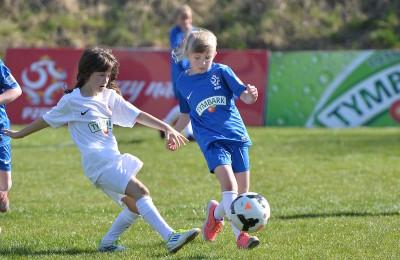 Zacięta rywalizacja młodych piłkarek (fot. P.Jach)