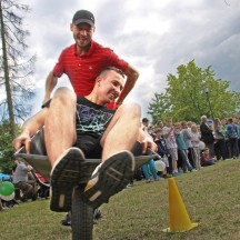 Festyn rodzinny w Kamionce - slalom taczek (fot. PL)