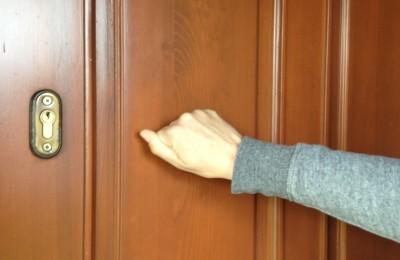 stukanie-do-drzwi