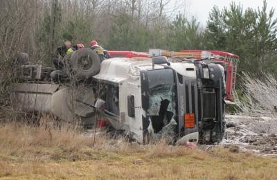 Wypadek ciężarówki w Jedlance. Nie żyje kierowca. Fot. Lublin112.pl